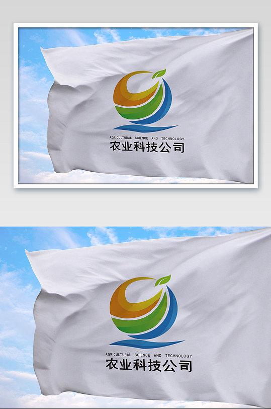 天空上的旗帜logo样机